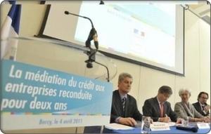 Signature de la Charte de la Médiation du crédit, par Christine Lagarde et Frédéric Lefebvre, le 4 avril 2011. Photo : Médiation du crédit