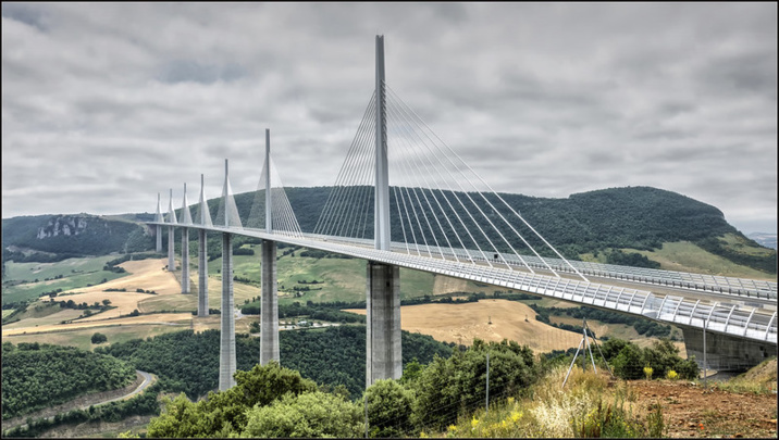 Alors qu'il va bientôt fêter les 20 ans du début de sa construction, le viaduc de Millau reste emblématique des réalisations d'Eiffage, tant pour la prouesse technique que pour l'esthétique. Sans parler des retombées économiques pour les acteurs locaux.